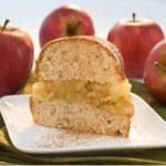 Bolo de canela recheado com geleia de maçãs e nozes