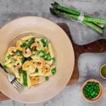Penne com camarões, aspargos, ervilhas e cream cheese