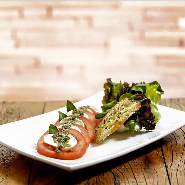 salada-caprese-jely-bread